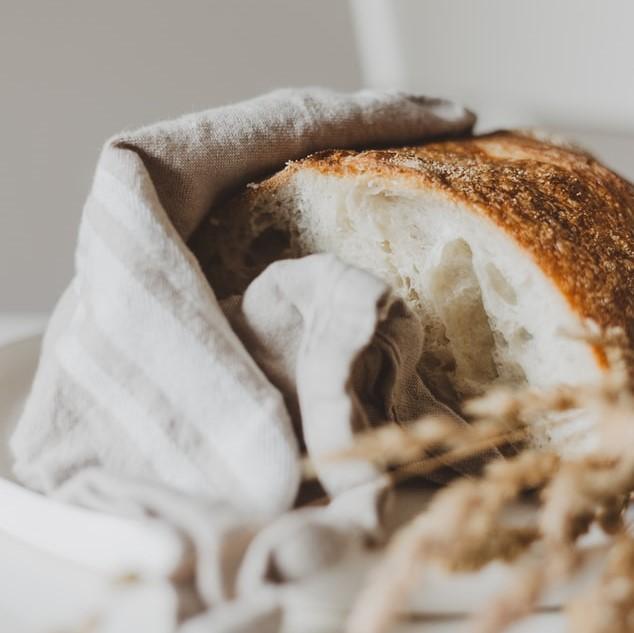 Pane avvolto da canovaccio da cucina