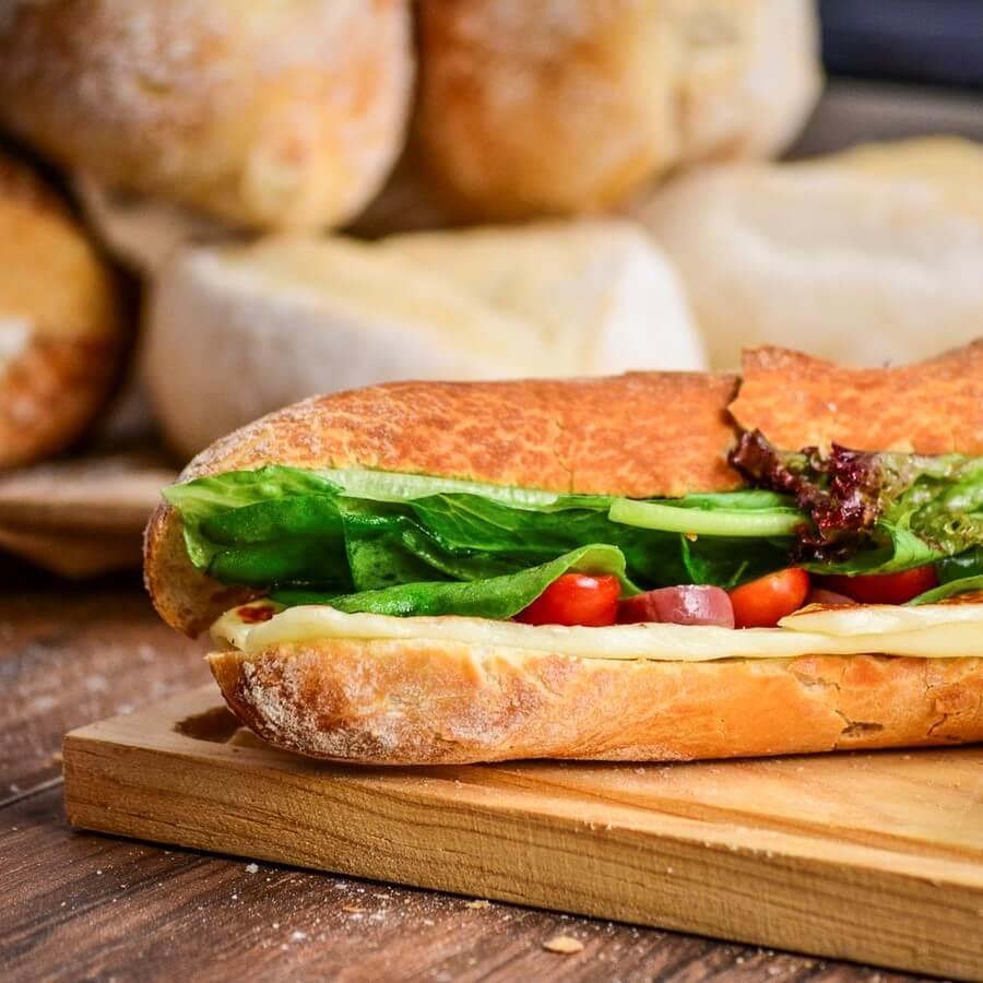 panino imbottito con pomodorini, formaggio e insalata